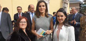 Sonia Fernández Serrano, presidenta de AERyOH y Ainhoa Notario Fernández, coordinadora y representante internacional de AERyOH con S.M. la Reina de España