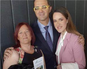 Sonia Fernández Serrano, presidenta de AERyOH y Ainhoa Notario Fernández, coordinadora y representante internacional de AERyOH con Don Juan Carrión Tudela, presidente de FEDER