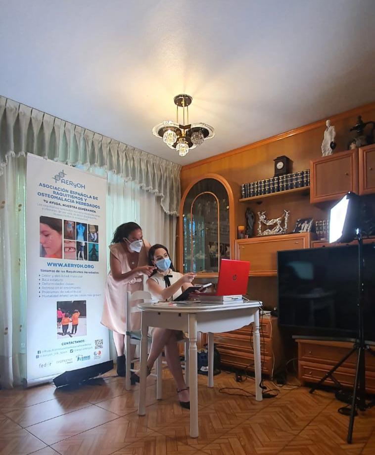 MARIOLA SÁNCHEZ ARIAS Y AINHOA NOTARIOFERNÁNDEZ (SECRETARIA Y COORDINADORA DE AERyOH) DIRIGIENDO DETRÁSDE LA CÁMARA LA JORNADA ONLINE